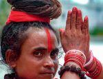 Hinduska kobieta modli się i tańczy
